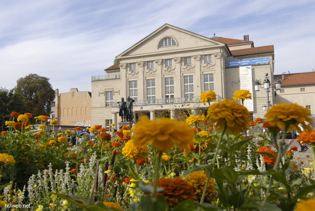 2009de149__weimar_deutsches_nationaltheater_1907,_goethe-schiller_denkmal_1857_bronze_(hier_mit_liszt_fuer_kulturfestival_2009).jpg