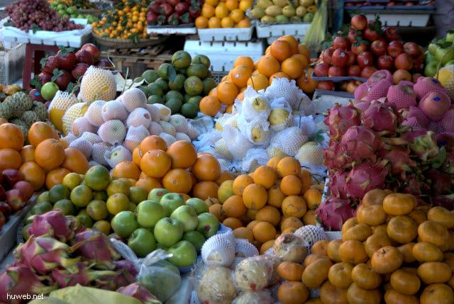vietnam2006-315___gemuesemarkt_(orangen,_drachenfrucht,_pomelo...),_da_nang,_mittel-vietnam.jpg