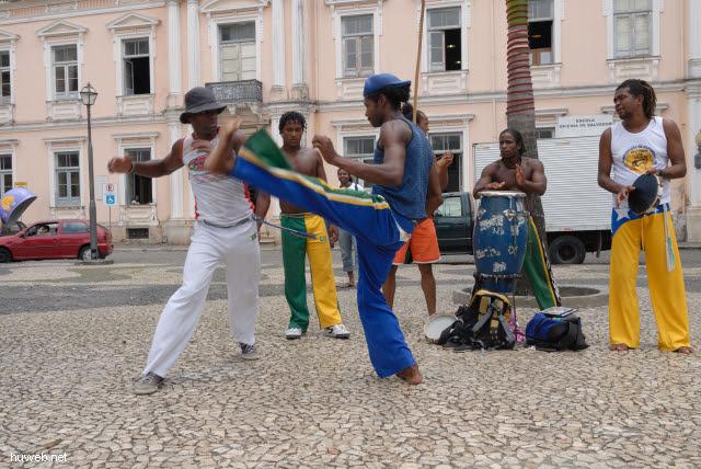 1.024_Kampftanz_der_Sklaven_(Capoeira,_Terreiro_de_Jesus,_Salvador_da_Bahia_Oberstadt_.jpg