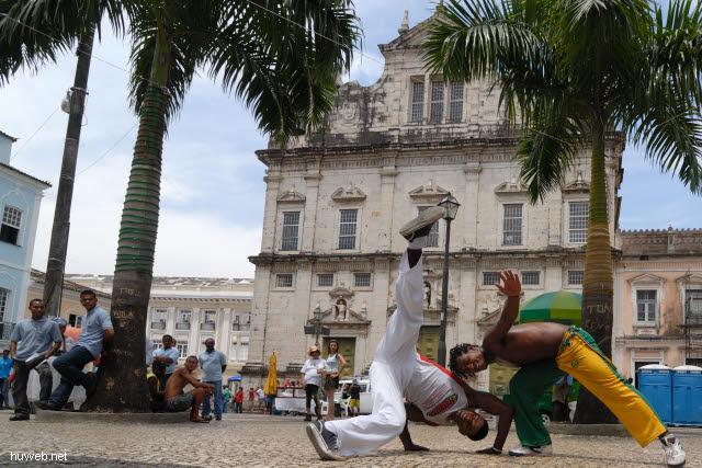 1.025_Kampftanz_der_Sklaven_(Capoeira,_Terreiro_de_Jesus,_Catedral_Basilica,_Salvador_da_Bahia_Oberstadt_.jpg