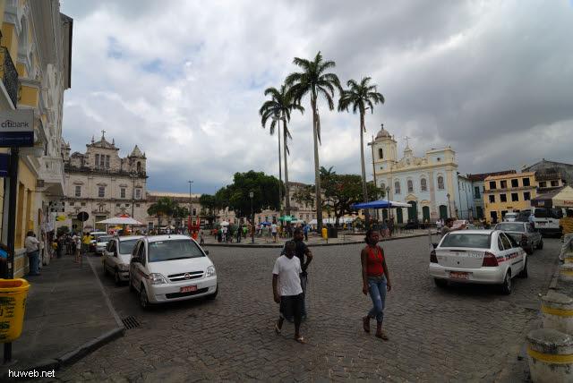 1.038_Terreio_de_Jesus,_Catedral_Basilica_(li),_San_Pedro_dos_Clerigos_(re),_Salvador_da_Bahia_Oberstadt_.jpg