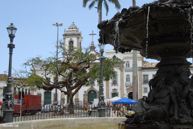 1.041_Terreio_de_Jesus,_Brunnen,_Igreja_de_Sao_Domingos_18Jh.,_Salvador_da_Bahia_Oberstadt_.jpg