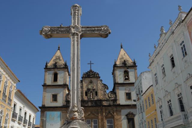 1.048_Praca_Anchieta,_Kreuz_vor_Igreja_de_Sao_Francisco,_Salvador_da_Bahia_Oberstadt_.jpg