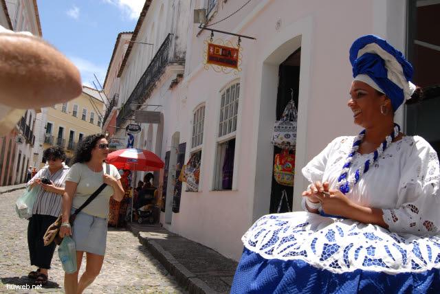 1.077_Salvador_da_Bahia,_Renate_und_Marion,_Bahia-Tracht_.jpg