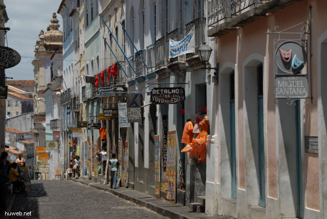 1.082_Salvador_da_Bahia,_Gasse_Richtung_Sklavenkirche_.jpg