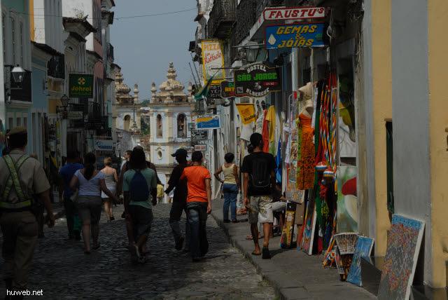 1.083_Salvador_da_Bahia,_Gasse_Richtung_Sklavenkirche_.jpg
