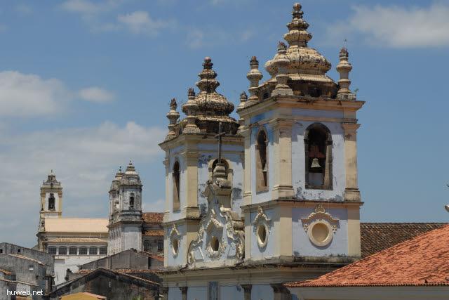 1.090_Karmeliter_Klosterkirche_(li),_Karmeliter_Ordenskirche_(mi),_Sklavenkirche_(re),_Salvador_da_Bahia_.jpg