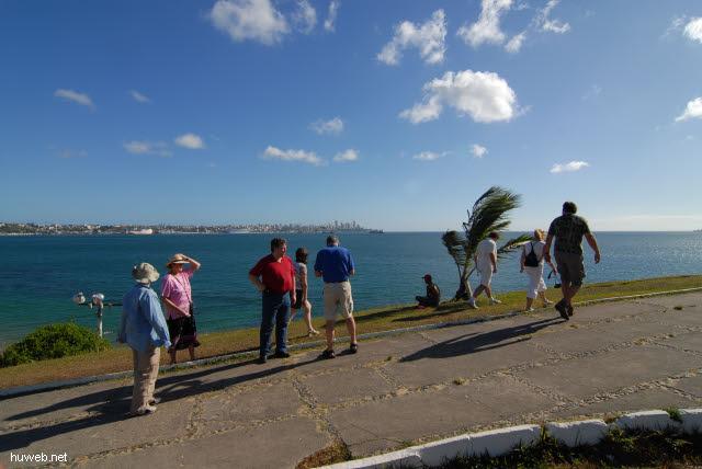1.104_Blick_auf_Leuchtturm_Farol_da_Barra,_Weg_zur_Festung_Santa_Maria,_Salvador_da_Bahia_.jpg