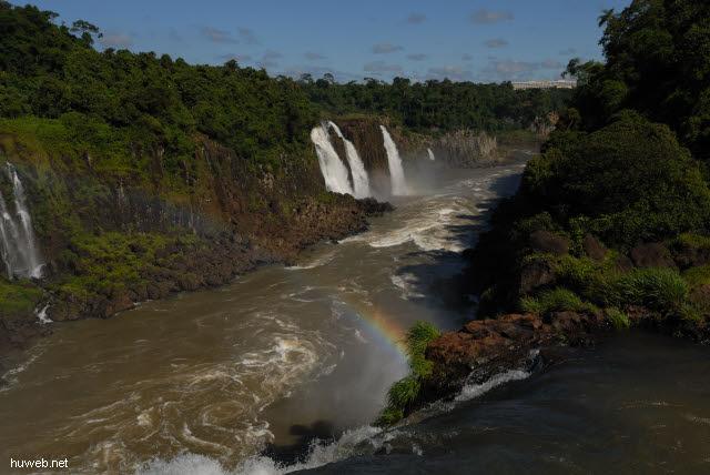 1.125_Iguacu_Nationalpark_Brasilien,_Blick_auf_Hotel_in_Argentinien_.jpg