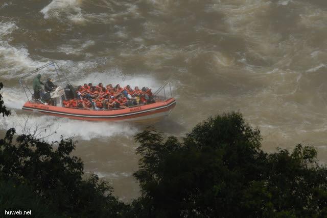 1.170_Iguacu_Nationalpark_Argentinien,_Schlauchboot_.jpg