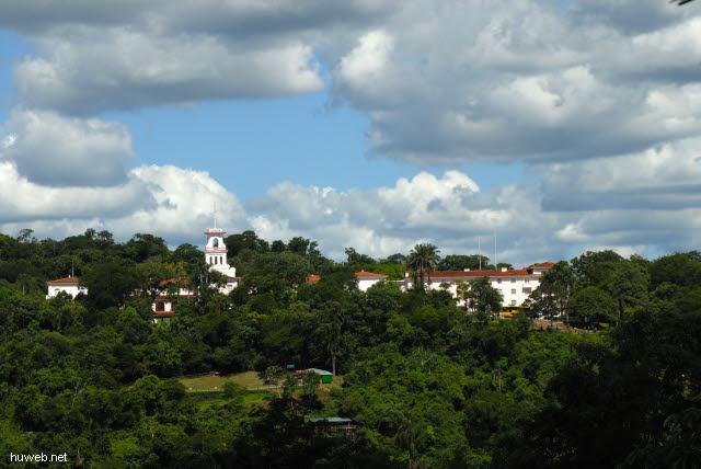 1.172_Iguacu_Nationalpark_Blick_auf_Hotel_Cataratas_(Brasilien)_.jpg