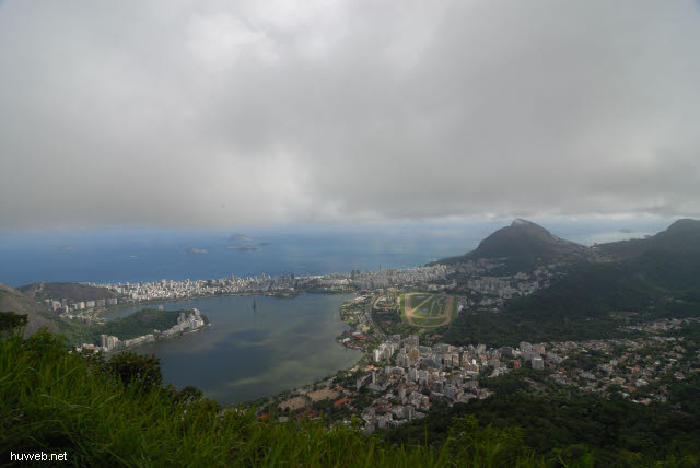 1.227_Blick_auf_Lagoa_Rodrigo_de_Freitas_und_Jockey-Club,_Rio_.jpg