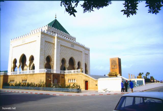 aa34_mausoleum_mohammed__v.___(_=_v_a_t_e_r_vom_reg.koenig_hassan__ii.)__marokko_27.12.85-5.1.86.jpg