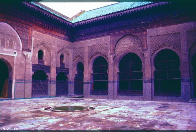 ac37_Medersa_Bu_Inaniya_(versenkter_Brunne_n_)_1350-_1357_Marokko_27.12.85-5.1.86.jpg