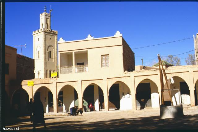 ad40_stop_in_el_kela_des_mquna-reisefuehrer_kauft_rosenwasser__marokko_27.12.85-5.1.86.jpg
