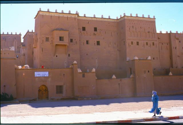 ad44_kasbah_in_taourirt_geschlossen_(eine__der_zahlreichen_des_berberischen_stammes_fuersten_el_glauoi)_marokko_27.12.85-5.1.86.jpg