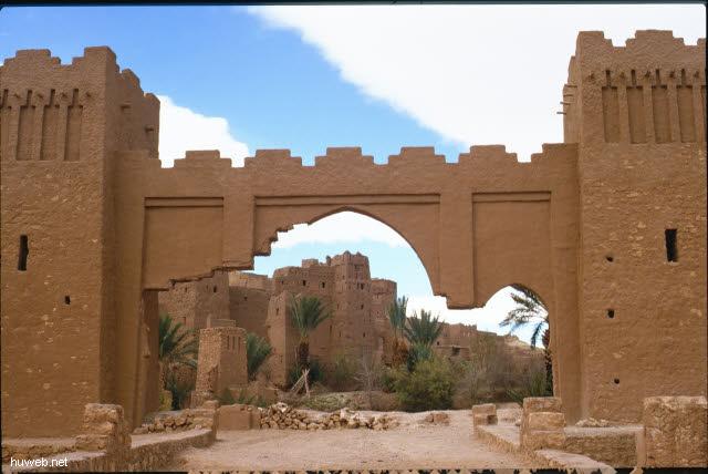 ae02_Ait_Benhaddou,_typische_Kasbahs_noch_bewohnt_(Orson_Welles)_Marokko_27.12.85-5.1.86.jpg