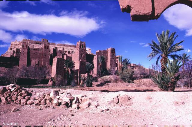 ae03_Ait_Benhaddou,_typische_Kasbahs_noch_bewohnt_(Orson_Welles)_Marokko_27.12.85-5.1.86.jpg