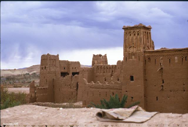 ae07_Ait_Benhaddou,_typische_Kasbahs_noch_bewohnt_(Orson_Welles)_Marokko_27.12.85-5.1.86.jpg