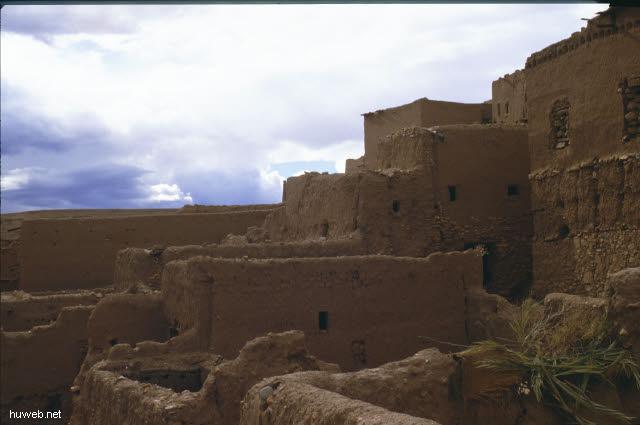 ae08_Ait_Benhaddou,_typische_Kasbahs_noch_bewohnt_(Orson_Welles)_Marokko_27.12.85-5.1.86.jpg