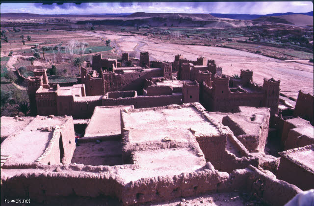 ae10_Ait_Benhaddou,_typische_Kasbahs_noch_bewohnt_(Orson_Welles)_Marokko_27.12.85-5.1.86.jpg
