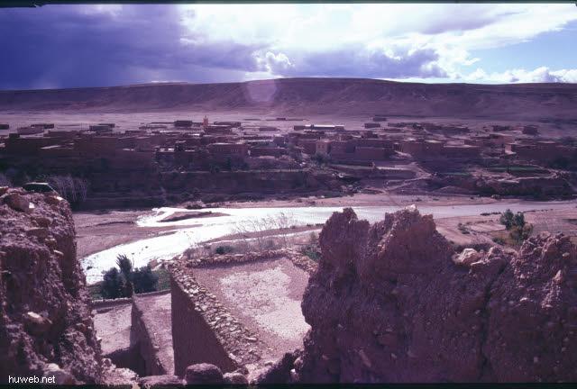 ae11_Ait_Benhaddou,_typische_Kasbahs_noch_bewohnt_(Orson_Welles)_Marokko_27.12.85-5.1.86.jpg