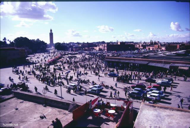 af01_blick_vom_restaurant_auf_den_djemaa__el-fna-platz_(gaukler,_schlangenbeschwoerer,_wahrsager)_marokko_27.12.85-5.1.86,_marrakech.jpg