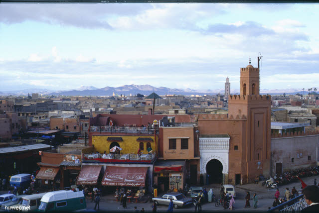 af02_blick_vom_restaurant_auf_den_djemaa__el-fna-platz_(gaukler,_schlangenbeschwoerer,_wahrsager)_marokko_27.12.85-5.1.86,_marrakech.jpg