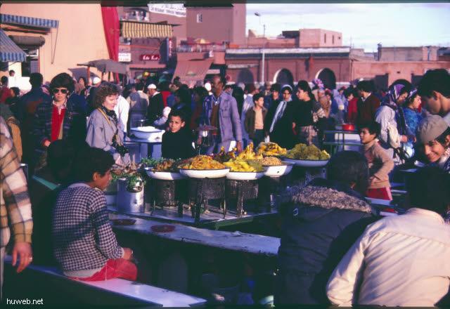 af05_blick_vom_restaurant_auf_den_djemaa__el-fna-platz_(gaukler,_schlangenbeschwoerer,_wahrsager)_marokko_27.12.85-5.1.86,_marrakech.jpg
