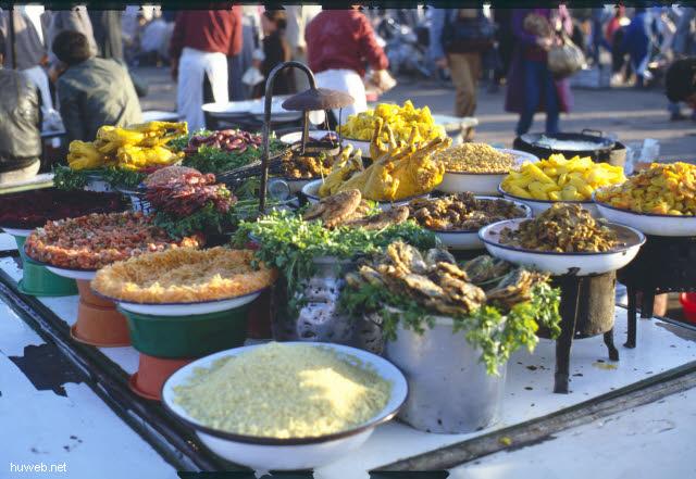 af06_blick_vom_restaurant_auf_den_djemaa__el-fna-platz_(gaukler,_schlangenbeschwoerer,_wahrsager)_marokko_27.12.85-5.1.86,_marrakech.jpg